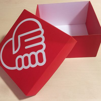 Rdeča škatla s potiskom